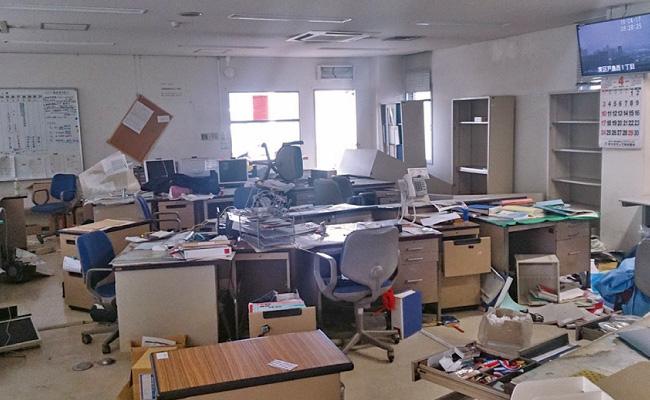 地震後の庁舎内